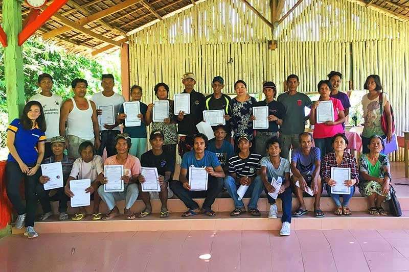 BACOLOD. DAR personnel led by Municipal Agrarian Reform Program Officer Antonida Yulo (standing 6th from right) with the farmer-beneficiaries during the distribution of certificates of land ownership award at Barangay Jerusalem in Cadiz City recently. (Contributed photo)