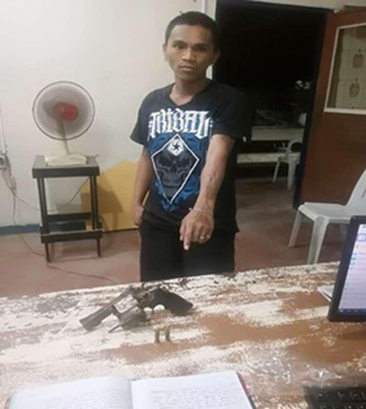 MITUDLO SA ARMAS: Si Mark Villarin Matunog, 28, taga Sta. Cruz sa Barangay Guizo, dakbayan sa Mandaue nitudlo sa armas nga nakuha gikan kaniya. (Hulagway gikan sa Mandaue City Police Office)