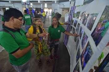 DAVAO. Gisaysay sa usa ka Bantay Bukid ang ilang mga kalisod nga kaagi samtang gabantay sa lasang diin ginatudlo niini ang mga hulagway atol sa usa ka photo exhibit sud sa Davao City Recreation Center sa panagtapok sa mga Bantay Bukid sa siyudad, Biyernes, Pebrero 15. (Macky Lim)