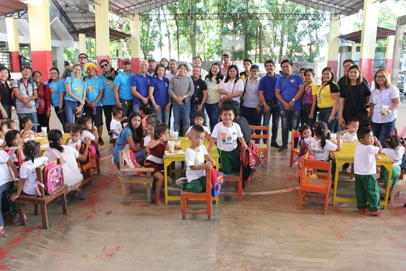 BACOLOD. Participants of the 5th World Radio Day celebration in Bacolod, including the staff of City PIO and officers and members of KBP, during the feeding program for about 100 kids at Barangay Punta Taytay hall this week. (Bacolod City PIO)