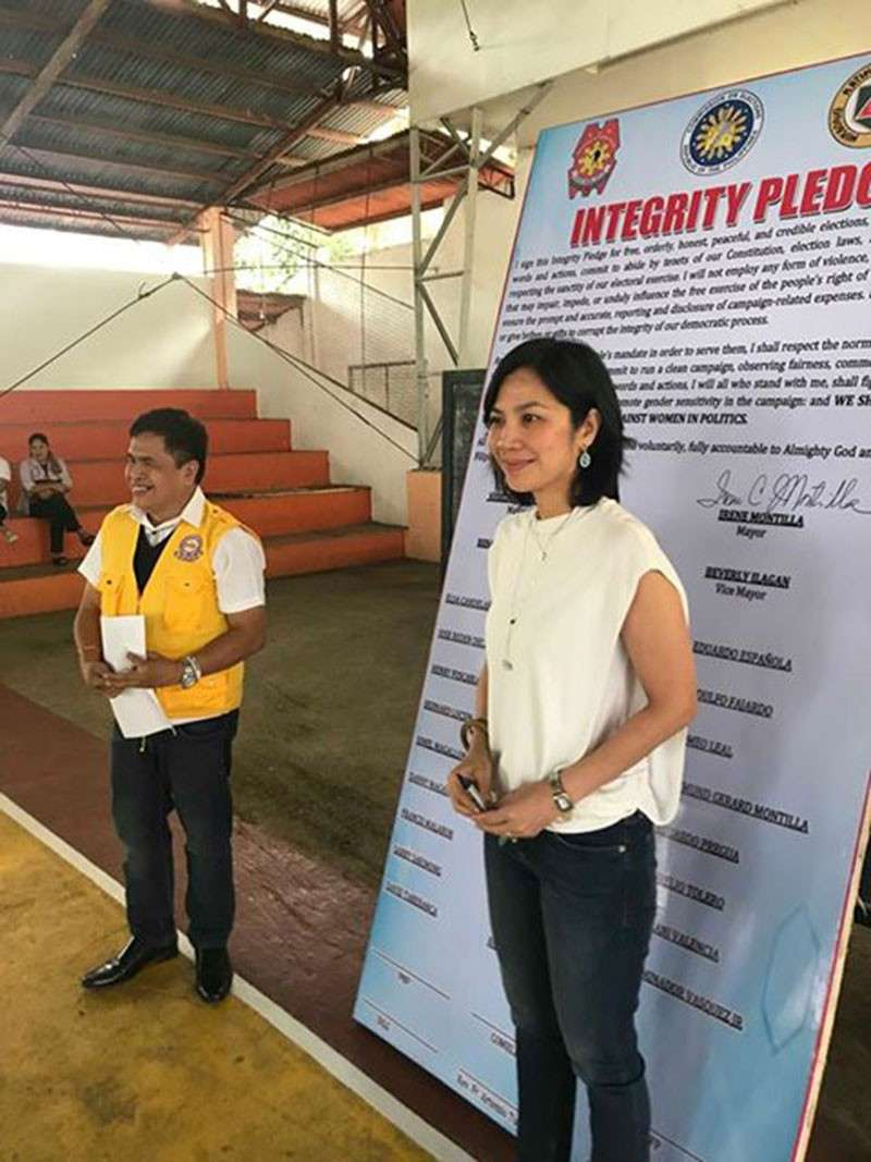 BACOLOD. Isabela Mayor Joselito Malabor and his challenger, Irene Montilla, during the peace covenant signing at the town's gymnasium Friday, February 15, 2019. (Contributed photo)