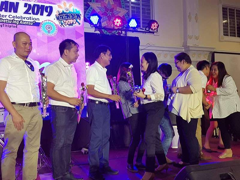 "PAMPANGA. City Mayor Edwin Santiago, councilors Tino Dizon, Harvey Quiwa, BJ Lagman, and aspiring councilors Buboy Carreon and Tina Lagman led the distribution of roses and tokens to city government employees during the ""harana,"" part of the Kaganapan 2019 18th Cityhood Charter celebration at Heroes Hall. (Chris Navarro)"
