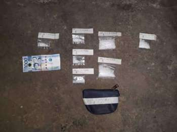 Nakuha gikan sa mga suspetsado ang mga pakete sa gituohang shabu nga mobalor sa P374,000. (Hulagway gikan sa CCPO)