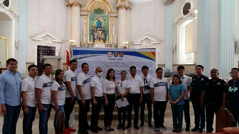 PAMPANGA. Candidates for various posts in the City of San Fernando in posterity after the Holy Mass at the Metropolitan Cathedral where they signed for 'HOPE' or honest, orderly and peaceful elections. (JTD)
