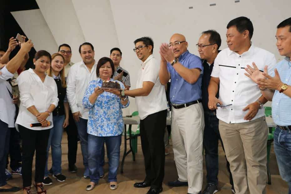 PAMPANGA. Gov. Lilia 'Nanay' Pineda gets an early birthday greeting from Vice-Gov. Dennis 'Delta' Pineda and board members Fritzie David Dizon, Cherry Manalo, Moshe Lacson, Nelson Calara, Benny Jocson, Anthony Torres, Gabby Mutuc, Jun Canlas, Rosve Henson and Pol Balingit during yesterday's multi-sectoral assembly at the Bren Z. Guiao Convention Center in the City of San Fernando. (Chris Navarro)