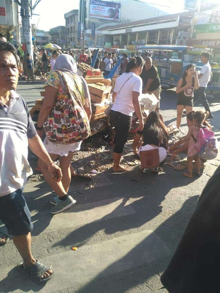 CAGAYAN DE ORO. Market goers helped a vendor picked up his dried fish products that fell on the streets in Cogon market following an altercation with the traffic personnel. (Photos by JoyJoy Ebrona)