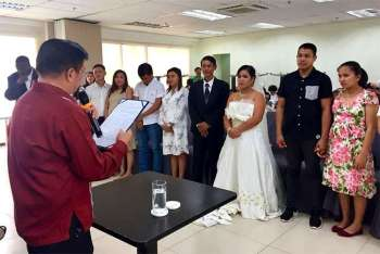 ILOILO. Iloilo City Mayor Jose Espinosa III officiates a mass wedding at the Iloilo City Hall on Valentine's Day, February 14, 2019. (Photo from Iloilo City Government)