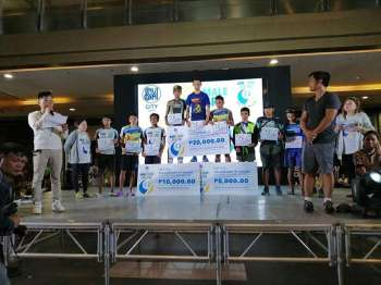 CHAMPION. Former Davao City standout Sonny Wagdos, center, receives his prize for topping the men's 12K title of the SM2SM Run Year at the SM City Cebu Sunday. (Photo from Sonny Wagdos Facebook)