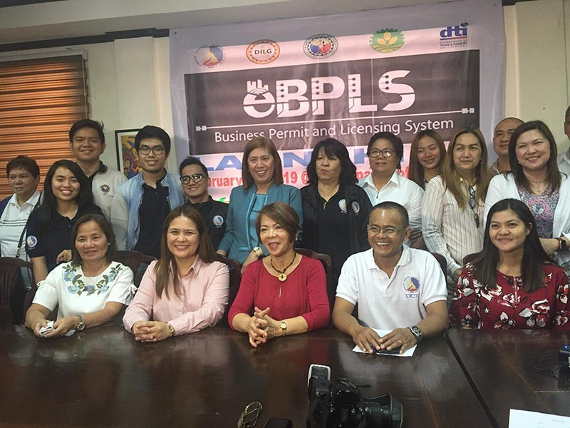 PAMPANGA. Mayor Anette Flores-Balgan, local BPLS Officer Rosanna dela Cruz and Municipal Administrator Jomel Cruz are joined by DILG Provincial Director Myrvi Fabia, DTI-Pampanga Provincial Director Elenita Ordonio and officials of DICT during Monday's launching of e-BPLS. (Princess Clea Arcellaz)