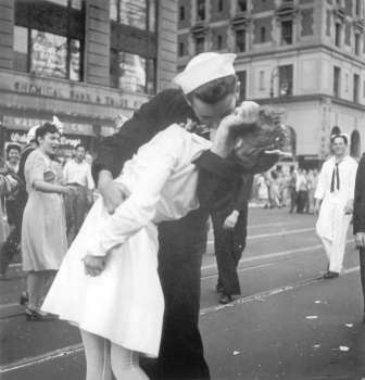 USA. In this Aug. 14, 1945 file photo provided by the U.S. Navy, a sailor and a woman kiss in New York's Times Square, as people celebrate the end of World War II. The ecstatic sailor shown kissing a woman in Times Square celebrating the end of World War II has died. George Mendonsa was 95. This image was taken by U.S. Navy photographer Victor Jorgensen. The photo is of the same moment that photographer Alfred Eisenstaedt captured and first published in Life magazine. (AP)