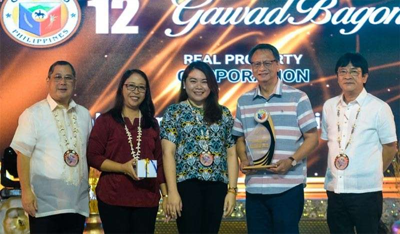 BACOLOD. Cenpri officials led by executive director David Tan (2nd from right) and general manager Mila Arana (2nd from left) receive the top tax payer's award from Bago City Mayor Nicholas Yulo (left) and Vice Mayor Ramon Torres (right) in rites held at Manuel Y. Torres Memorial Coliseum and Cultural Center on Tuesday. (Contributed photo)