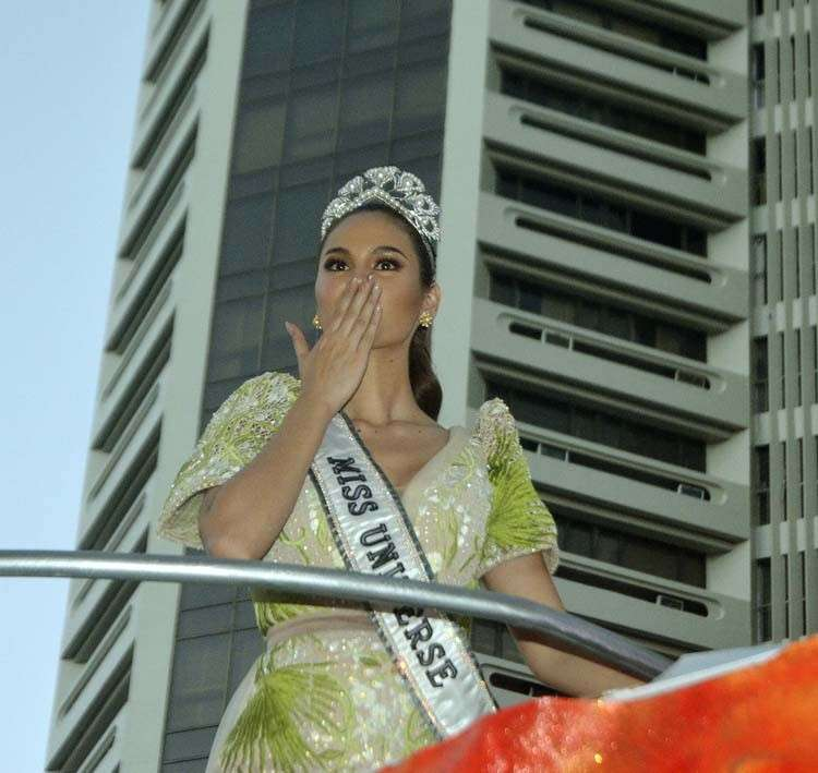 MANILA. Miss Universe 2019 Catriona Gray gives the crowd a flying kiss during her homecoming parade on Thursday afternoon, February 21. (Alfonso Padilla)