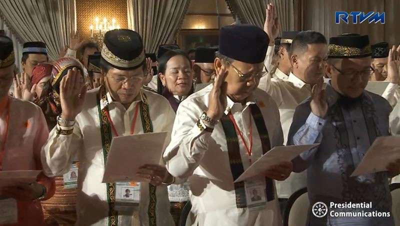 MANILA. President Rodrigo Duterte administers the oath to the members of the Bangsamoro Transition Authority on February 22, 2019. (Photo from RTVM video)