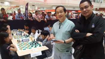 CAGAYAN DE ORO. Youth chess skirmishes will simultaneously kick off in Cagayan de Oro Friday, February 23, 2019 at SM Downtown Premier and the newly-inaugurated City Mall in Barangya Iponan. Seen here with the kids during the Masters Class event in Limketkai Center are birthday boy, National Master Roly Tan and fellow chess patron Ronald Rufin. (Lynde Salgados)