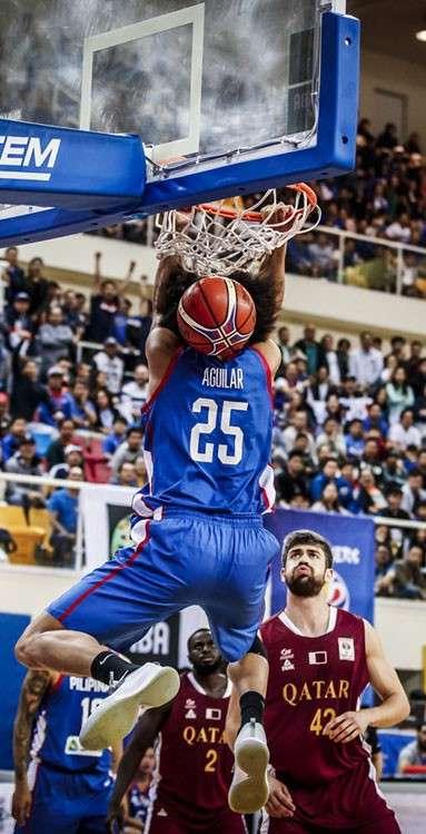 Hansak: Gikumpayutan ni Team Pilipinas forward Japeth Aguilar ang ring human sa iyang paghansak batok sa host Qatar sa 6th window sa FIBA World Cup Asian qualifiers niadtong Huwebes. Ning duwaa, gilubong og taga liog sa Team Pilipinas ang Qatar. (FIBA.COM)