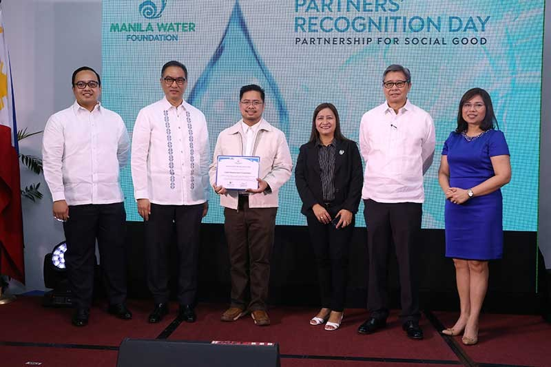 PAMPANGA. Clark Development Corporation (CDC) through its External Affairs Department (EAD) was recently recognized by Manila Water Foundation (MWF) for showing their commitment and support as one of their active partners on their various programs. CDC–EAD assistant vice president Rommel Narciso (3rd from left) received the said recognition with CDC-EAD senior officer III Agnes Matias. They were joined by (from left to right) MWF executive director Reginald Andal, Manila Water Corporation President and CEO Ferdinand Dela Cruz, MWF president Geodino Carpio and MWF Board of Trustee Janine Carreon. (CDC-CD Photo)