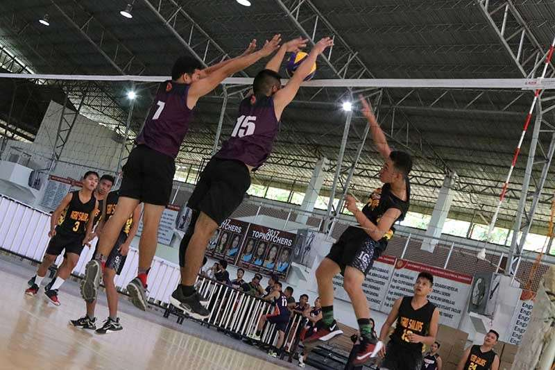 DAVAO. Davao Doctors College (DDC) defenders block an Agro-Industrial Foundation College of the Philippines (AIFCP) spiker's attack during yesterday's Davao City Prisaa Meet 2019 volleyball competition at University of Mindanao (UM) Matina Gym. Agro, however, won this match. (Mark Perandos)