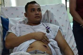 Samdan: Si PO3 Pacheco Pulgo mipakita sa iyang samad pinusilan dihang namusil si Renato Goc-ong, tanod sa Barangay Lusaran nga ilang gironda. (tampo sa PRO 7)