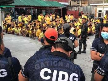 DAVAO. Gipangtapok ang mga piniriso sa ground sa Davao City Jail atol sa Greyhound operation nga gihimo sa otoridad Sabado sa buntag, Pebrero 23. Upat ka priso ang napatay samtang tulo ka pulis ang nasamdan sa hitabo. (CIDG-Davao)