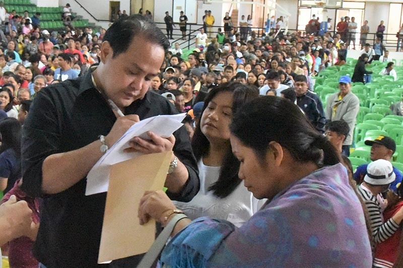 """Vice Governor Dennis """"Delta"""" Pineda with Lubao mayoral bet Esmie Pineda in the recent assembly of dialysis and cancer patients at the Bren Z. Guiao Convention Center. (Contributed photo)"""