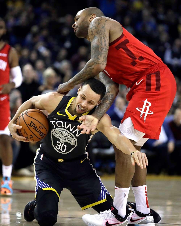 AKO NI: Napaluhod si Stephen Curry, wala, sa Golden State Warriors nga nagdepensa sa bola sa dihang gisuwayan kini sa pag-ilog ni PJ Tucker sa Houston Rockets atol sa ilang duwa kagahapon sa NBA. (AP)