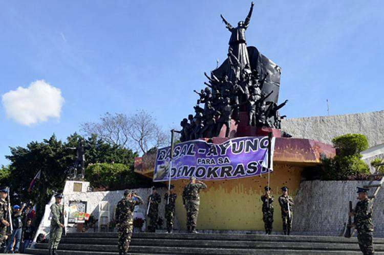 """PEOPLE POWER. Even though the meaning of today's """"special (non-working) day"""" has undergone criticism and historical revisionism, the Edsa People Power Revolution reminds Filipinos about each one's stake in defending and fighting for our hard-won democracy. (SunStar file foto)"""
