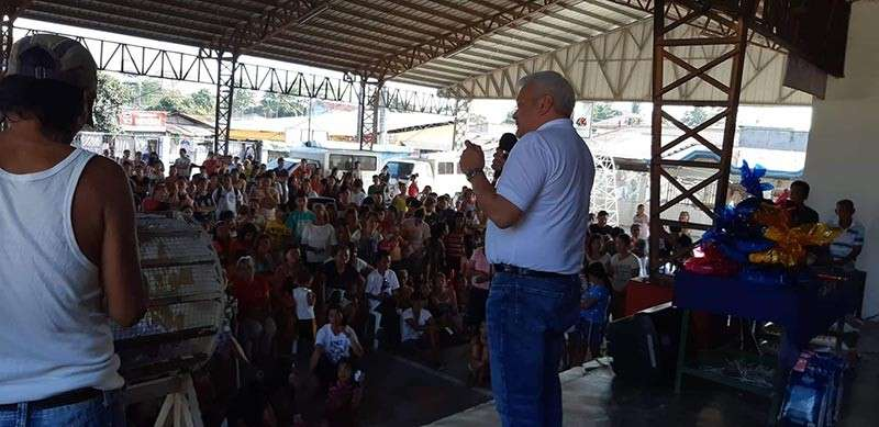 """PAMPANGA. Mayoralty aspirant and opposition Councilor Carmelo """"Pogi"""" Lazatin, Jr., discusses with Angeleños a proposal to solve the city's traffic woes during a visit to Barangay Pulung Cacutud on Sunday. (Contributed photo)"""