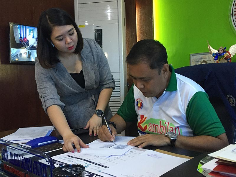 PAMPANGA. Masantol Mayor Danilo Guintu attends to several documents as part of his executive duty. (Princess Clea Arcellaz)