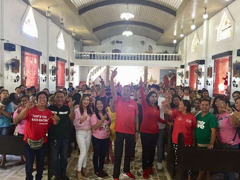 "PAMPANGA. San Simon Mayor Leonora Wong, former Mayor Rodrigo ""Digos"" Canlas, Councilor Irene Dagdag, municipal health officer Dr. Marline Bagtas and other local officials flash the ""Yes We Can"" sign as they rallied parents to have their kids vaccinated. (Princess Clea Arcellaz)"