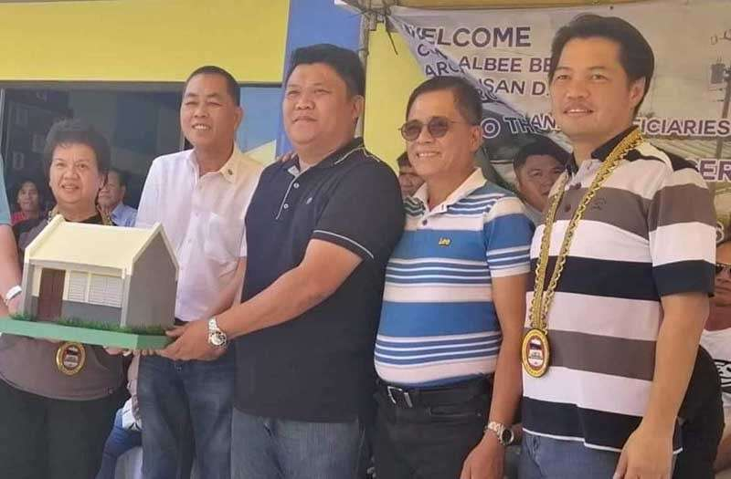 NEGROS. Third District Representative Alfredo Benitez (right) with National Housing Authority Project Implementing Team head Susana Nonato (left), E.B. Magalona Mayor Marvin Malacon (center), and Abang Lingkod Representative Stephen Paduano (2nd from right) during the turnover of housing units in Tumandok Village, Barangay Santo Niño, E.B. Magalona town on Monday, February 25. (Teresa Ellera)