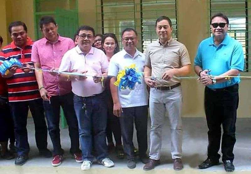 PAMPANGA. First District Congressman Carmelo Lazatin II, Mabalacat City Vice-Mayor Christian Halili, councilors Jeng Yumul, Jerry Basilio and former Mayor Marino Morales led the recent blessing and inauguration of the newly constructed classroom building at Dau Homesite Elementary school in Mabalacat City. (Chris Navarro)