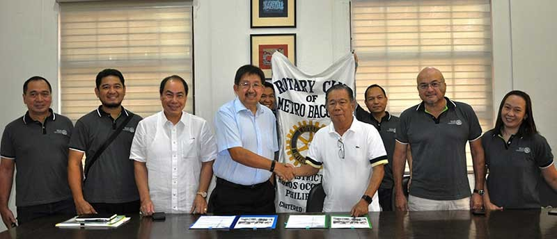BACOLOD. Governor Alfredo Marañon Jr. (3rd from right) and Rotary International District 3850 represented by Joe Jay Doctora during the signing of the deed of donation for the Human Milk Bank equipment at Provincial Capitol in Bacolod City Tuesday, February 26. (Contributed photo)