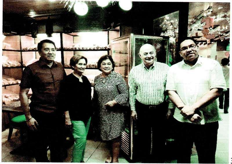 Guests. From left, Golden Prince Hotel and Suites president Benny Que, newsgal Honey Loop, Louella Alix, US Consular agent in Cebu Glenn Loop and Golden Prince vice president Aaron Que.