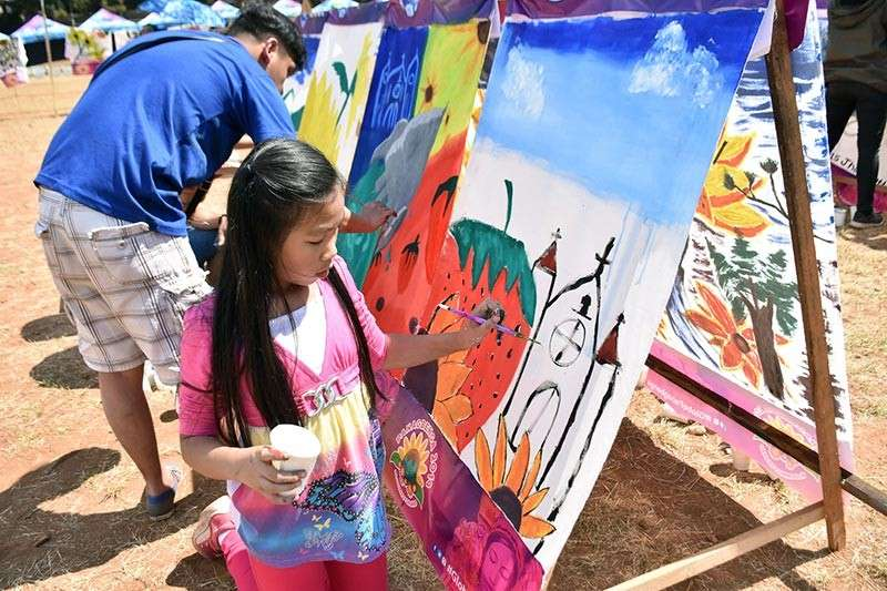 """Artists and art enthusiasts participated in the annual """"Let a Thousand Flowers Bloom"""" activity to express their artistry as part of the Handog ng Panagbenga sa Pamilya Baguio and the Panagbenga 2019 at the Melvin Jones grounds last week. (Photo by Redjie Melvic Cawis)"""