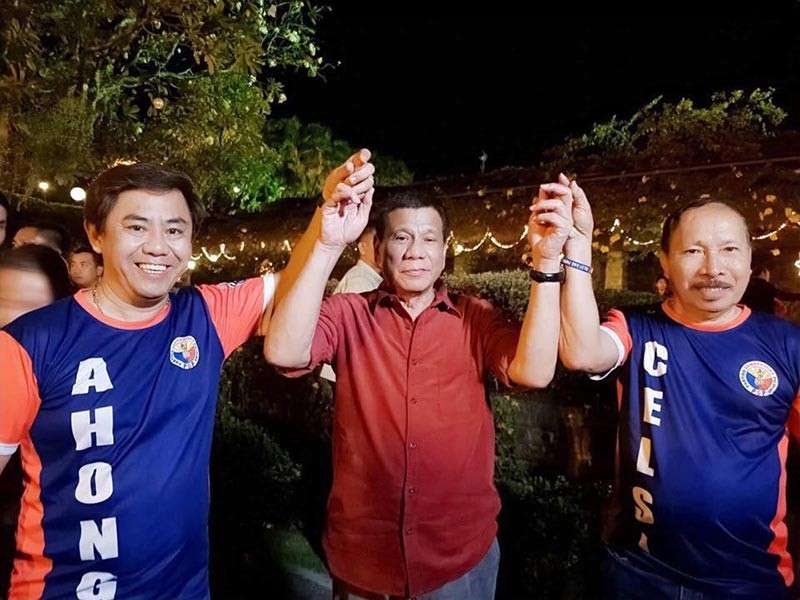 """JUST A SELFIE? Mayoralty candidate Junard """"Ahong"""" Chan (left) and his running mate Dr. Celedonio Sitoy (right) pose with President Rodrigo Duterte. (Contributed photo)"""