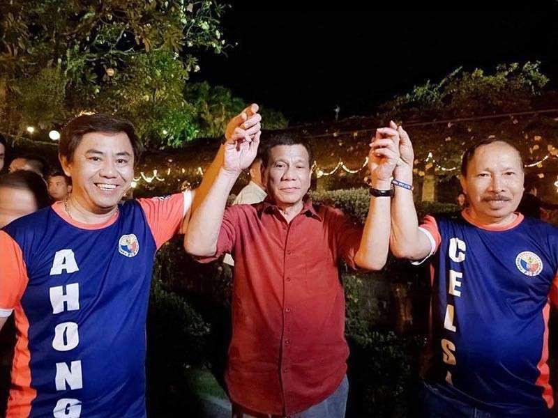 """CEBU. Mayoralty candidate Junard """"Ahong"""" Chan (wala) ug ang iyang running mate Dr. Celedonio Sitoy (tuo) nagpahulagway ni Presidente Rodrigo Duterte. (Tampo nga hulagway)"""