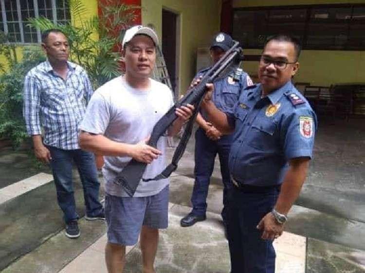 Si Maasin City Mayor Nacional Mercado mitunol sa iyang 12-Gauge Shotgun ngadto ni Lieutenant Colonel Mark Nalda Mark Nalda. (Hulagway gikan sa Maasin City Police Station)