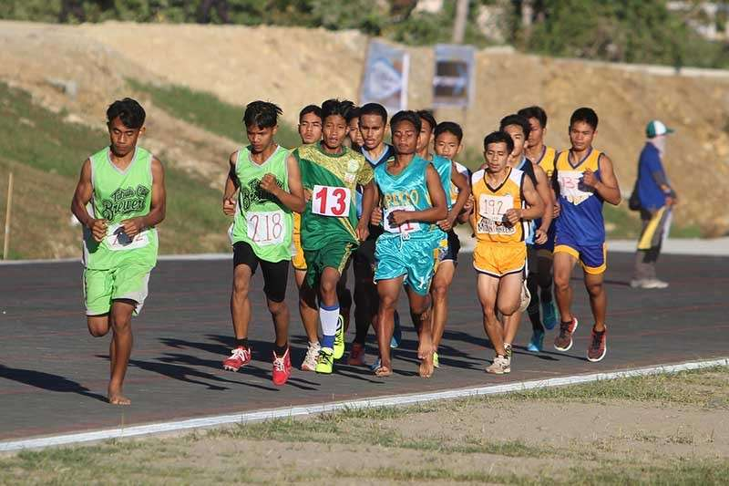 BAGUIO. A barefoot runner from Tabuk City leads the pack during the 5000 meter run in the ongoing Caraa meet at the Apayao Eco-Tourism and Sports Complex in Payanan, Luna. (Photo by Roderick Osis)