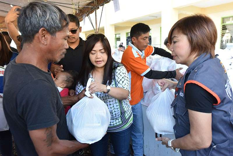 PAMPANGA. Lubao mayoral bet Esmie Pineda and PDRRMO chief Angie Blanco led the distribution of relief goods to Bataan fire victims on Friday. (Jun Jaso/Pampanga PIO)