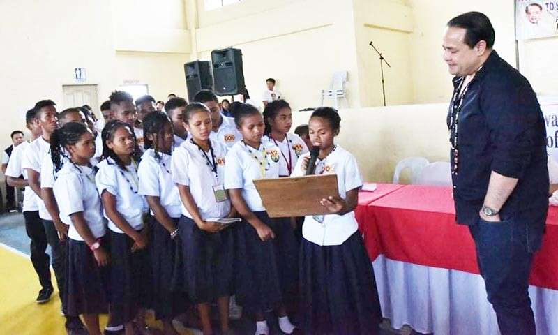 Aeta scholars from Villa Maria Integrated School dedicate a song and poem for Vice Governor Dennis 'Delta' Pineda. (Contributed photo)