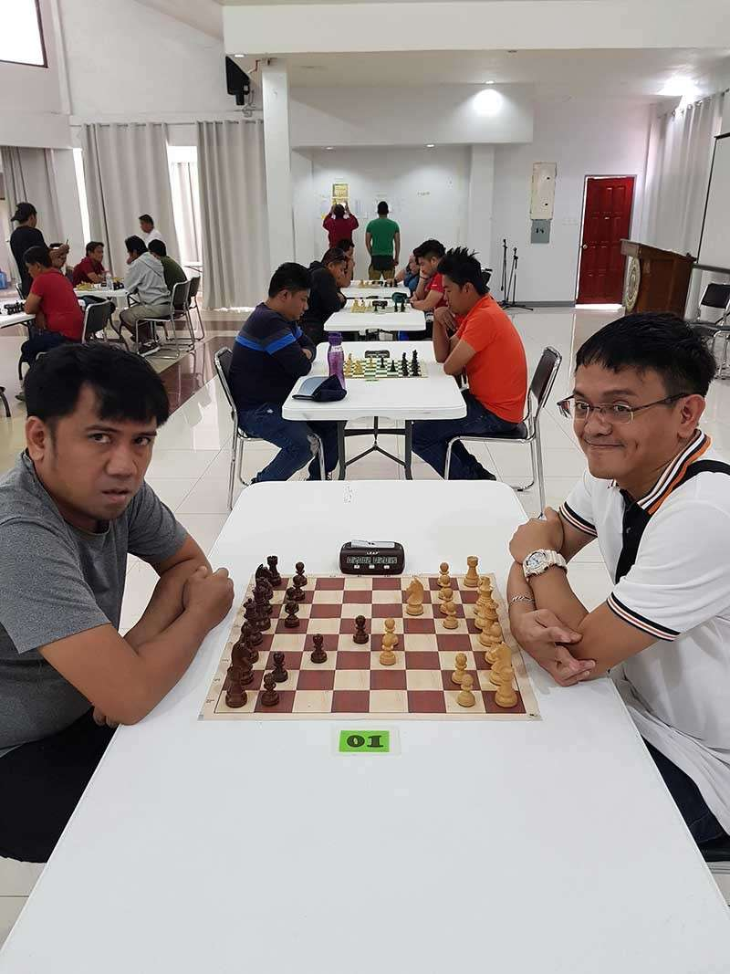 DRAW. International master (IM) Oliver Dimakiling, left, and grand master (GM) Darwin Laylo settles for a draw in the fifth round of the during the recently-concluded 11th Kidapawan Open Chess. (Judith Fernandez-Olay Facebook)