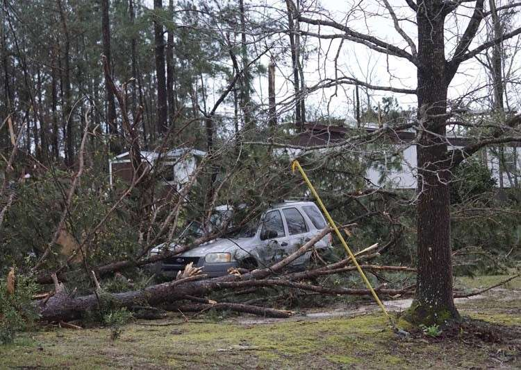 USA. A vehicle is caught under downed trees along Lee Road 11 in Beauregard, Alabama, Sunday, March 3, 2019, after a powerful storm system passed through the area. (AP photo)
