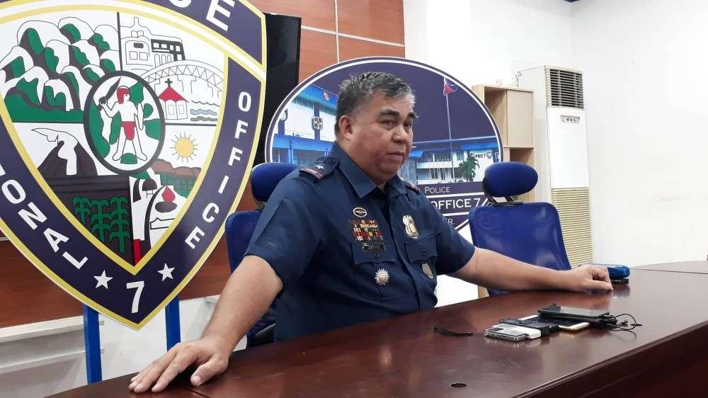 Pahibawo: Si Police Regional Director Debold Sinas mipahibawo sa iyang pagtaktak sa serbisyo sa 14 ka mga pulis nga dunay nagkadaiyang mga kalapasan sa pagpanerbisyo. (Arnold Y. Bustamante)