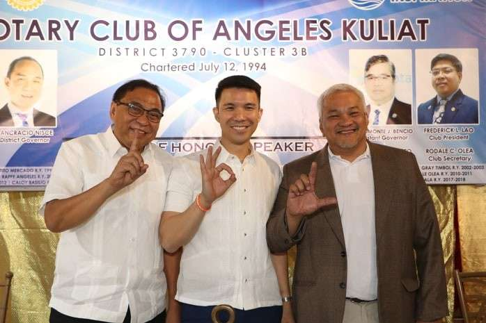 "PAMPANGA. (L-R) Angeles City mayoralty candidates Alex Cauguiran, Vice-Mayor Bryan Nepomuceno and Councilor Carmelo ""Pogi"" Lazatin, Jr. flash their respective signs during yesterday's 'Know Your Candidates Forum 2019' spearheaded by the Rotary Club of Angeles Kuliat at Garden Dine Resto, Balibago, Angeles City. (Chris Navarro)"