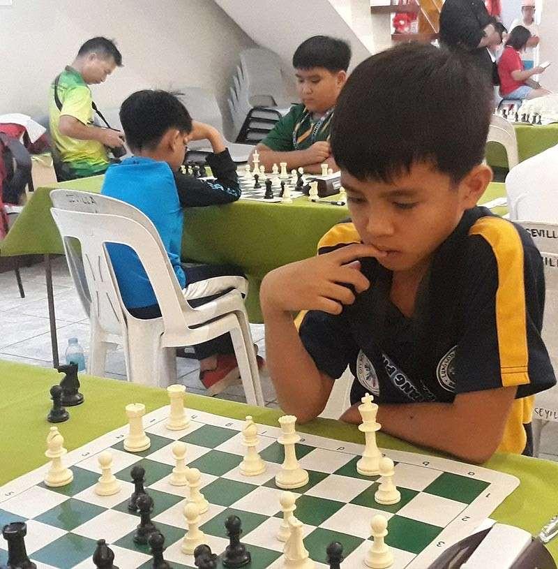NAMINSAR OG MAAYO. Si James Catayas nga taga Buhangin, Davao City, nag-estudyo sa iyang sunod nga duso sa tigi sa bag-o pang natapos nga 2019 National Age-Group Chess Championships Mindanao Leg gihimo sa Munisipalidad sa M'lang, North Cotabato. Iyang nasungkit ang titulo sa boys under 12. (James Infiesto)