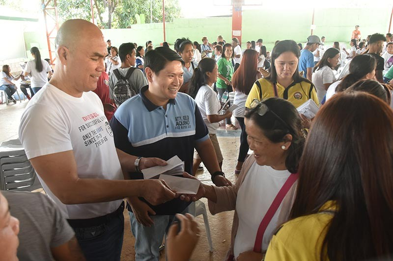 PAMPANGA. Mayor Cris Garbo and Councilor Geld Aquino distribute PhilHealth memberships during the PhilHealth Alaga Ka roadshow in Mabalacat City on Wednesday, March 6, 2019. (Contributed photo)