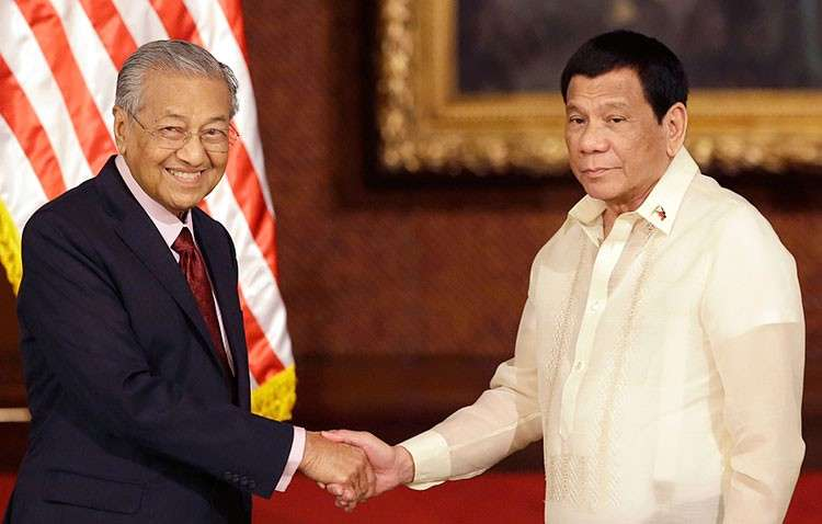 MANILA. Philippine President Rodrigo Duterte (right) poses with Malaysian Prime Minister Mahathir Mohamad for a photo after their joint press statement at the Malacañan Palace in Manila, Philippines, Thursday, March 7, 2019. (AP)