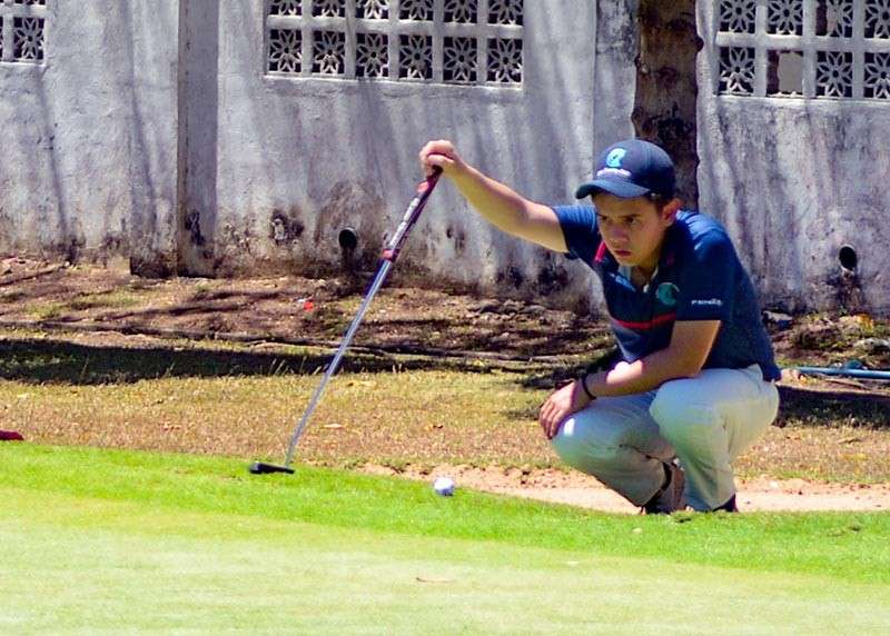 BEST OF THE DAY. Martin Mendoza checks his putt in the second round of the PAL Interclub at the Mactan Island Club. Mendoza led CCC with 34 points in Round 2. (SunStar photo / Arni Aclao)