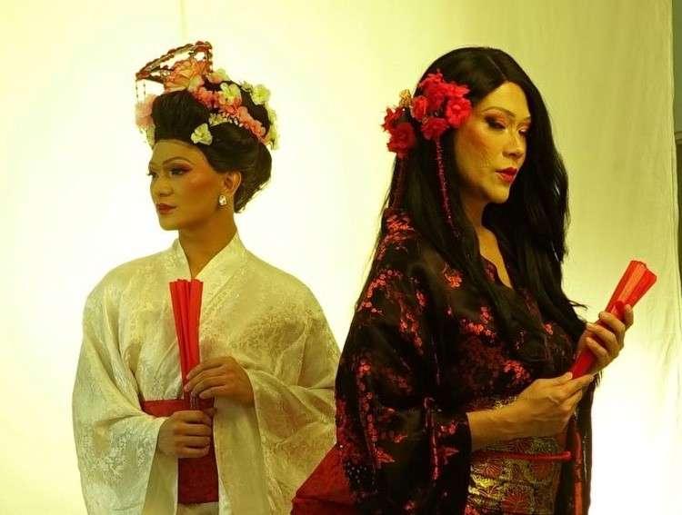 Si RS Francisco (too) ug si Aira Igarta (wala) mga nagdala sa role ni Song Liling, usa ka Chinese opera singer sa M. Butterfly nga play. Makit-an kini sa mga Sugboanon karong Marso 14-17.(Tampo nga hulagway)