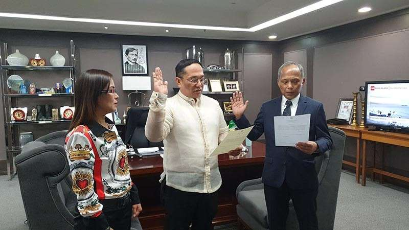 PAMPANGA. Department of Energy Secretary Alfonso Cruz Cusi (right) administers the oath of office to newly appointed PNOC Renewables Corporation Director Albert P. Dela Cruz. Also in photo is Dela Cruz's better half Nanette. (Photo by Chris Navarro)